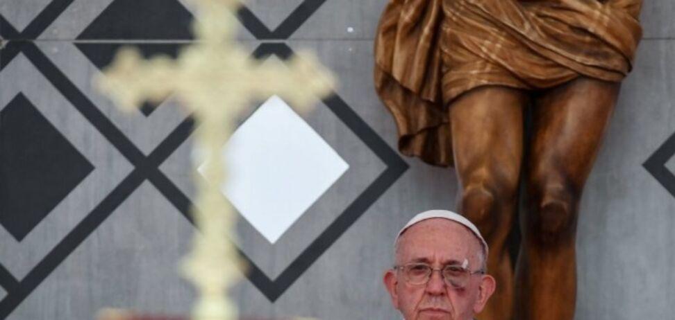 'Получил по лицу': Папа Римский вышел на проповедь с синяком