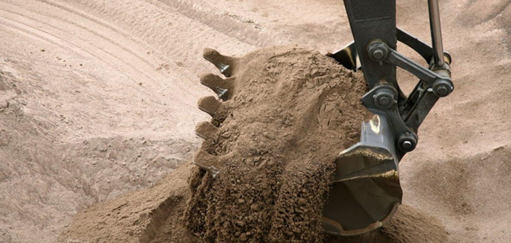 Нелегальная добыча песка в Киеве: Южному мосту грозит разрушение