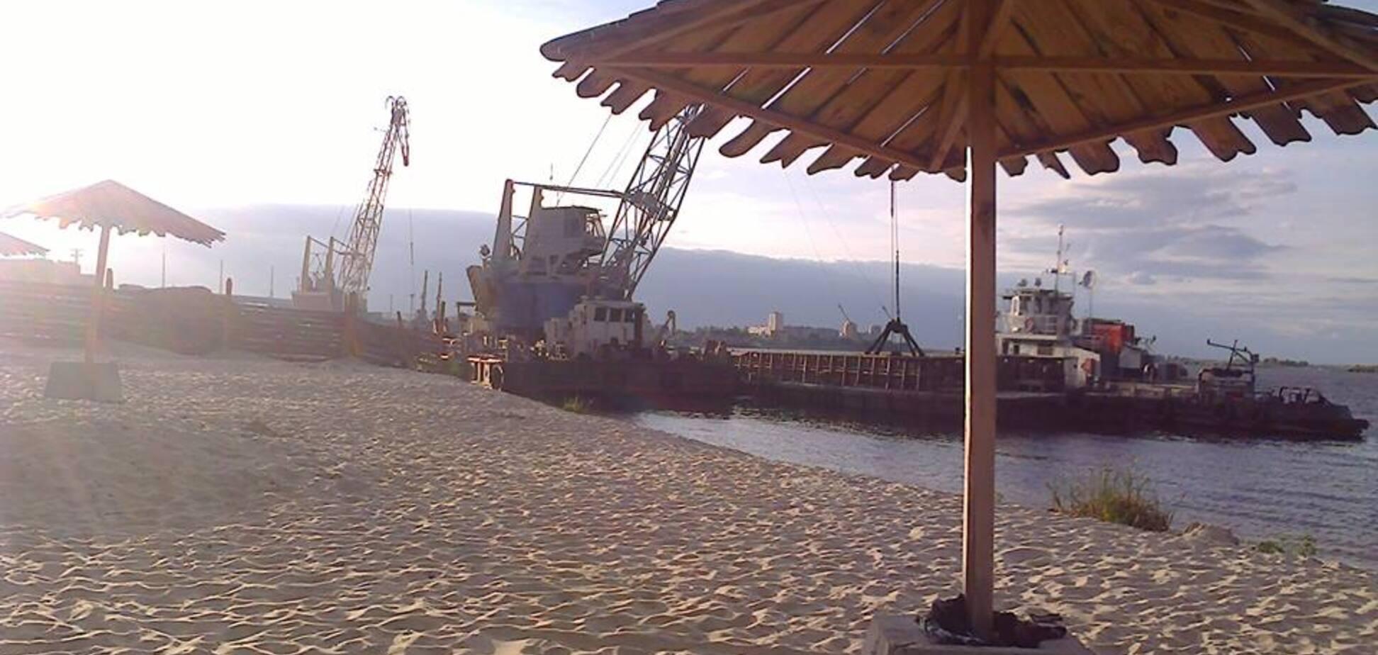 Под Киевом 'песчаная мафия' нагло захватила пляж на Днепре: опубликованы фото