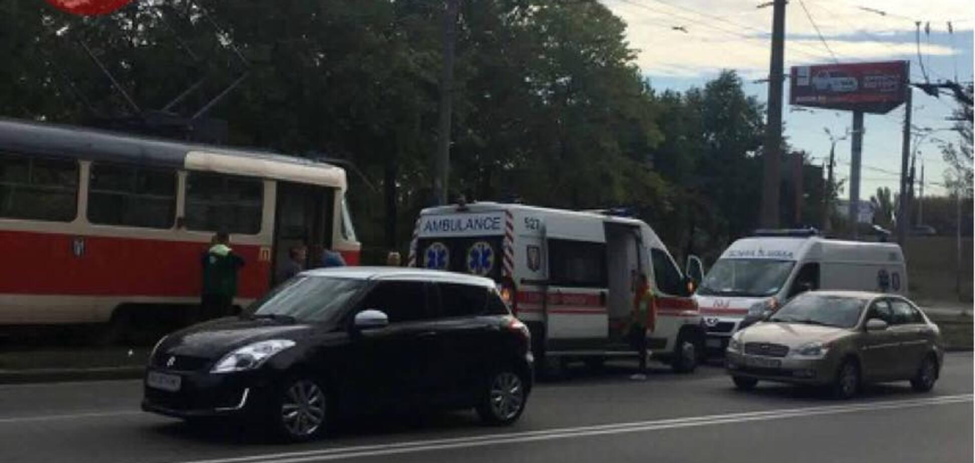Прямувала через рейки: у Києві трамвай збив жінку