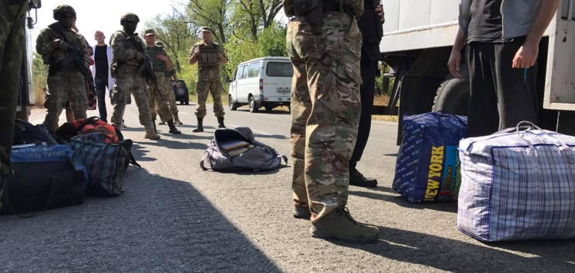 'После длительного перерыва': террористы 'ДНР' передали Киеву заключенных