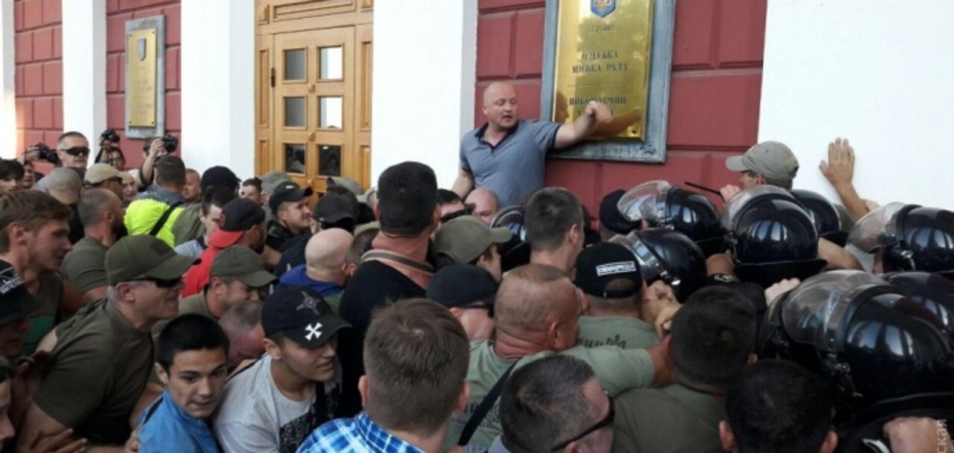 В ход пошли газ и палатки: одесситы взяли мэрию в осаду