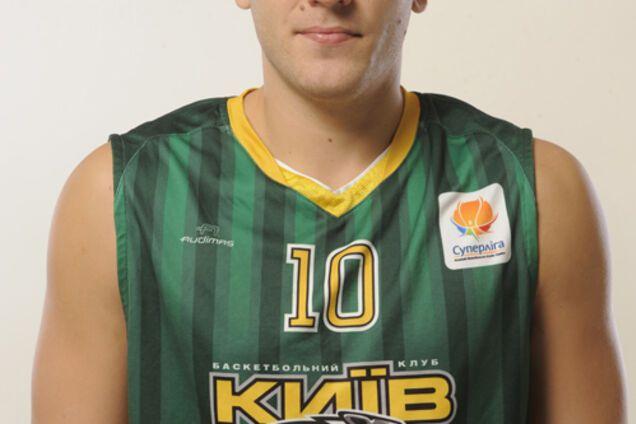 Напал на патрульных и прыгнул в мусорник. Экс-чемпион Украины по баскетболу попал в пьяное ДТП: опубликовано видео