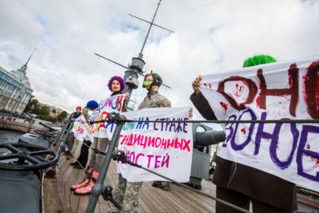 В России клоуны захватили военный крейсер: опубликованы фото