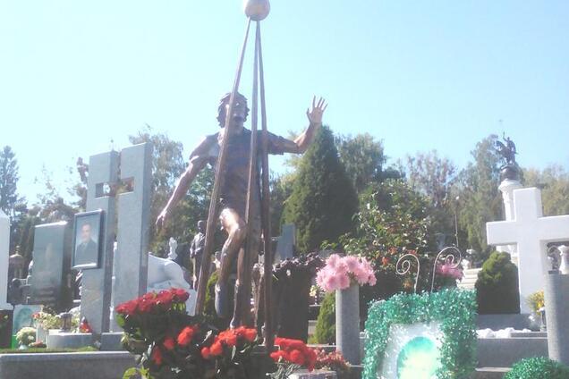 В Киеве открыли памятник трагически погибшему футболисту