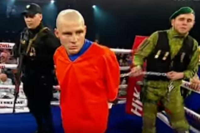 Знаменитого украинского боксера, закованного в цепи, привели на ринг под конвоем: опубликовано видео