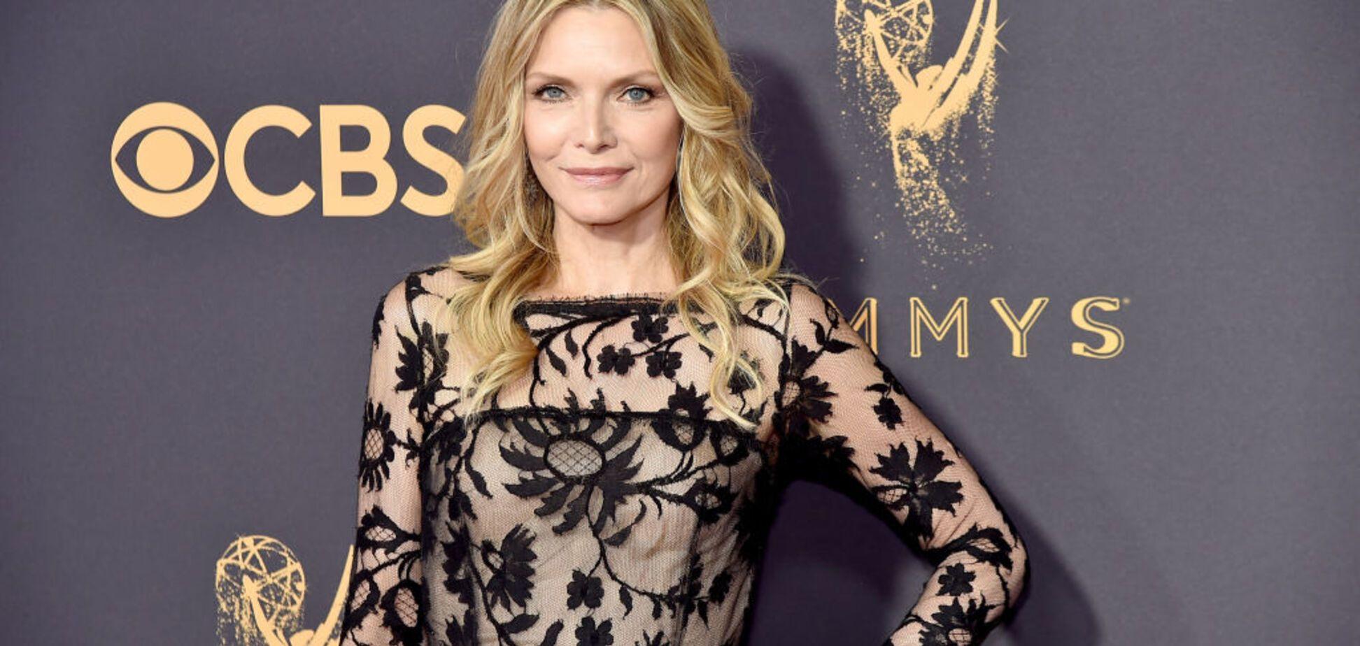 'Эмми-2017': 59-летняя звезда Голливуда в прозрачном платье обескуражила папарацци