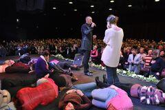 'Постоянно ходят в синяках': экс-горничная рассказала о жестокостях 'апостола' известной секты