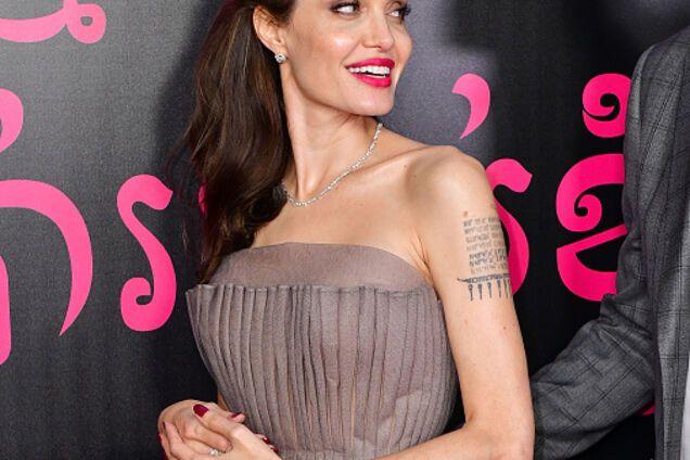 Она все-таки делает это: ужасно отощавшую Джоли подловили за необычным для нее занятием