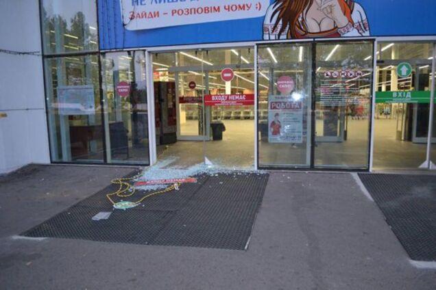 d147847f3858 В Николаеве в ночь на 18 сентября грабители украли три сейфа с 5 кг золота  из ювелирного магазина, пока двое охранников спали.