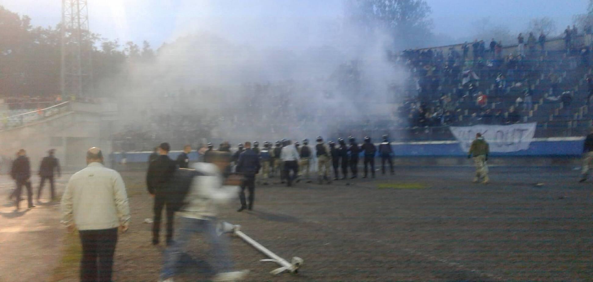 Поліція і бійці АТО: фанати зірвали матч Кубка України з футболу