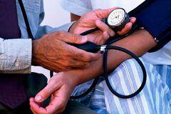 Гипертоники и сердечники в опасности: врач предупредил о непростом периоде