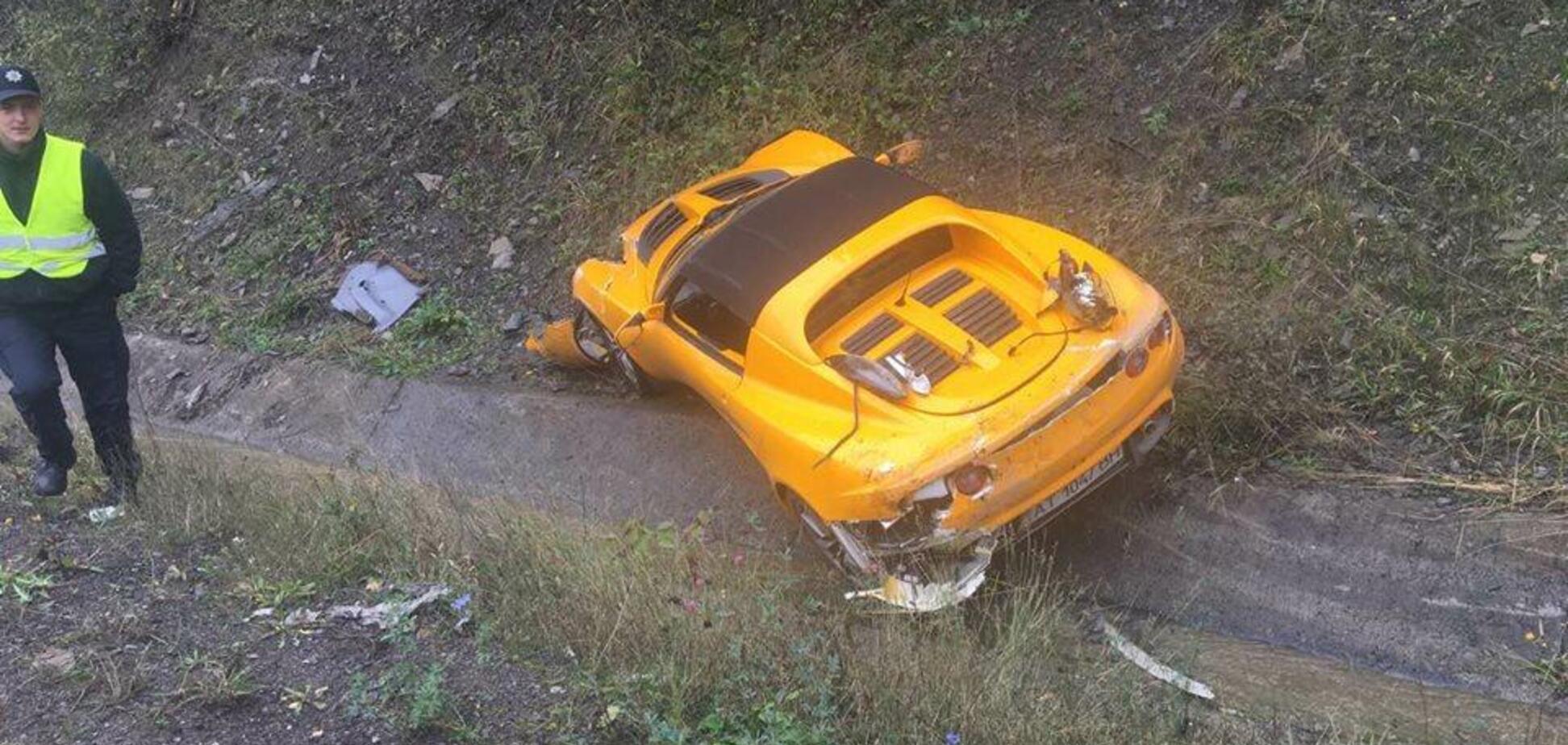 В Закарпатской области редкий британский спорткар слетел с трассы: опубликованы фото