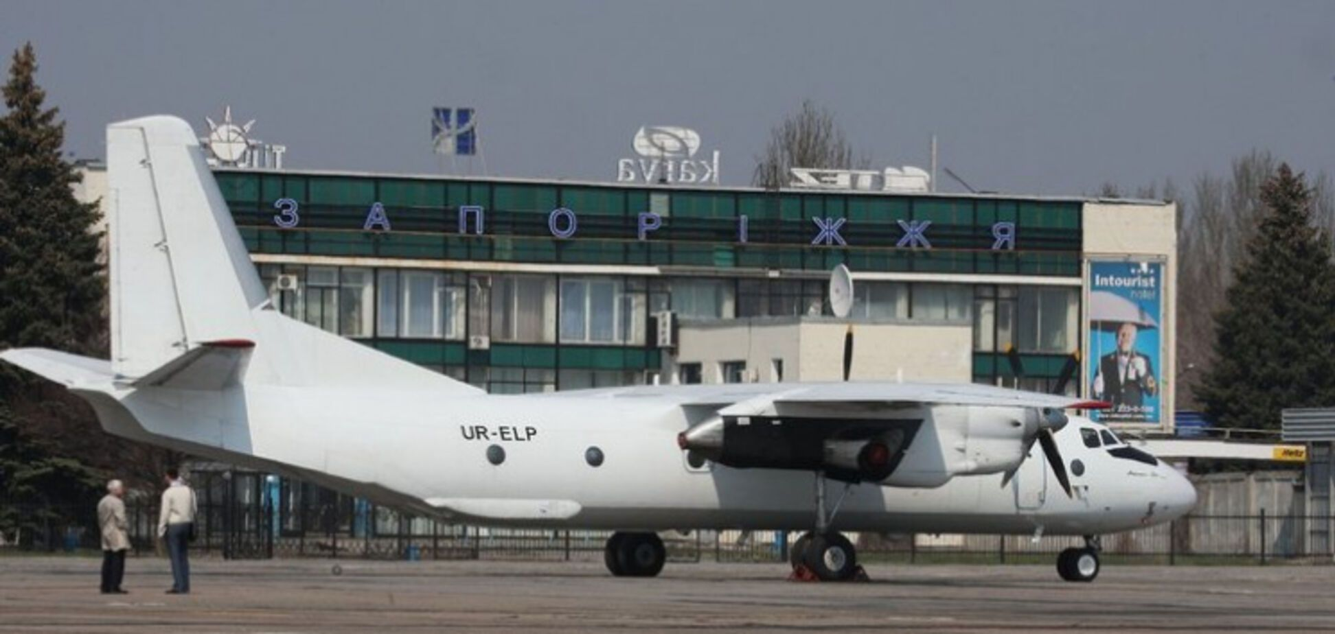 В запорожском аэропорту самолёт вышел за границы посадочной полосы