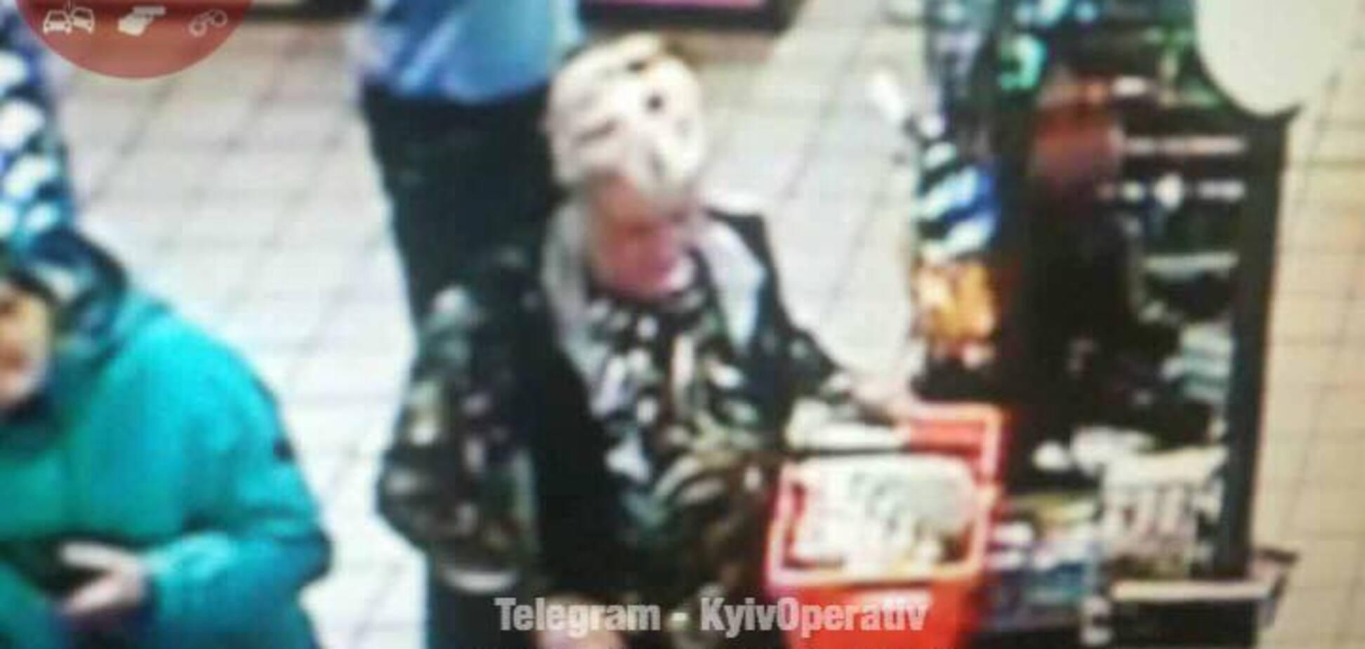 'Прямо з руки зняли золотий браслет': у Києві розшукують хитру злодійку