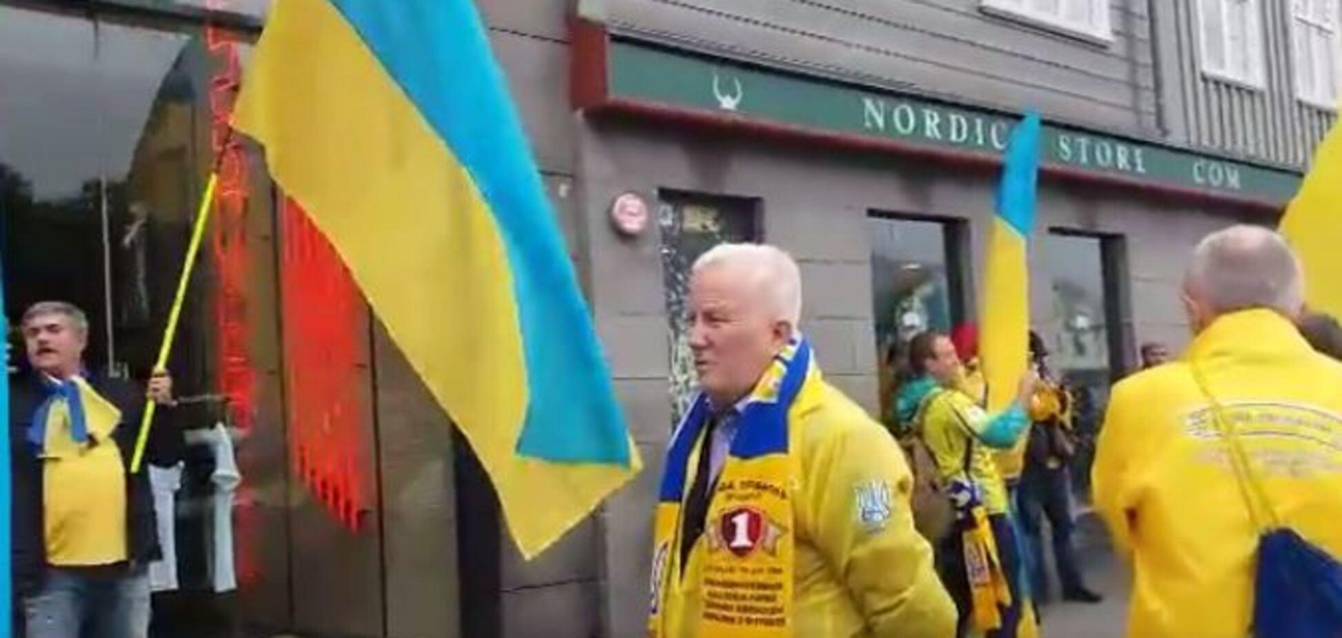 Знай наших! Вболівальники перед матчем з Ісландією виконали гімн України в центрі Рейк'явіка