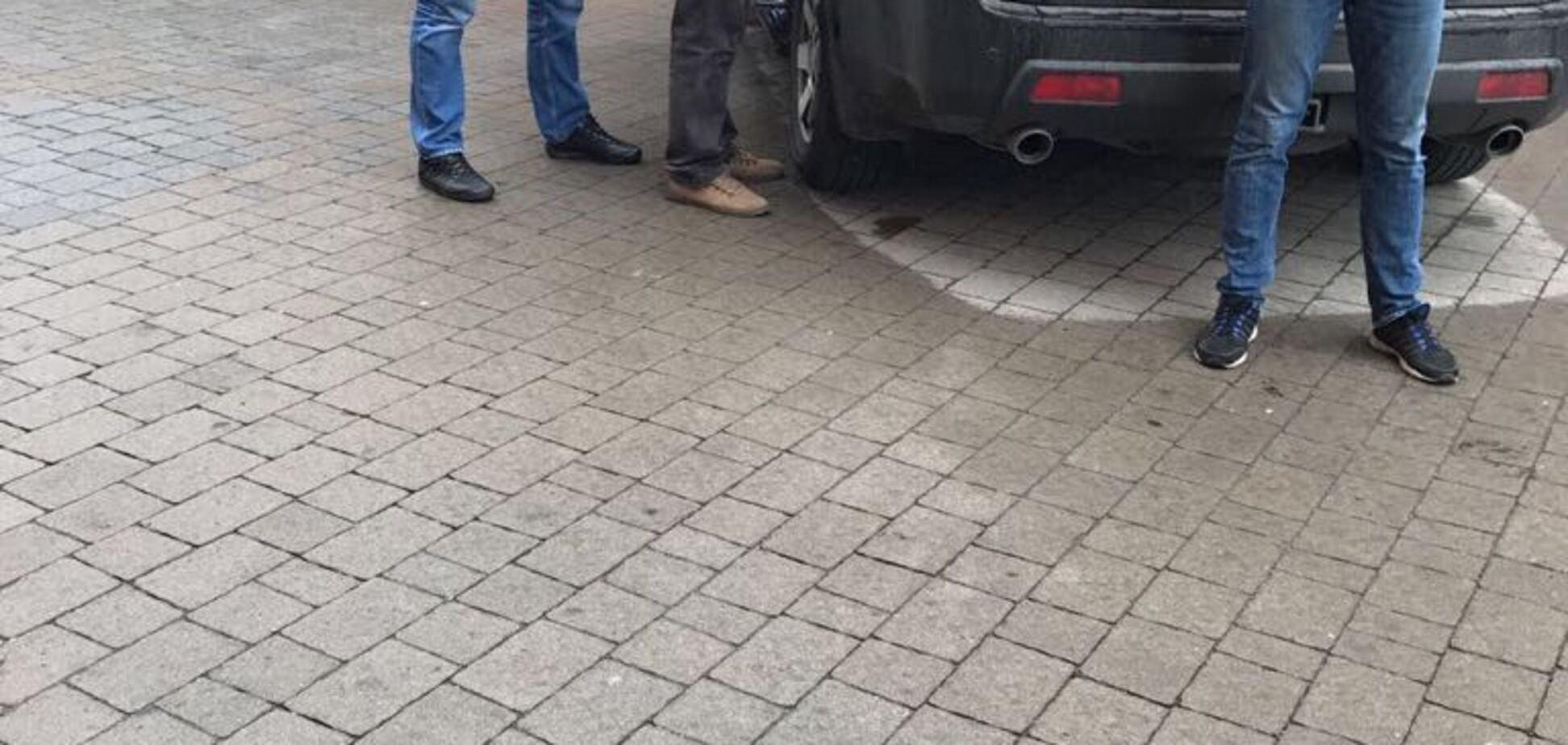 Спіймали на гарячому: у Чернівецькій області чиновник податкової вимагав мільйон гривень хабара