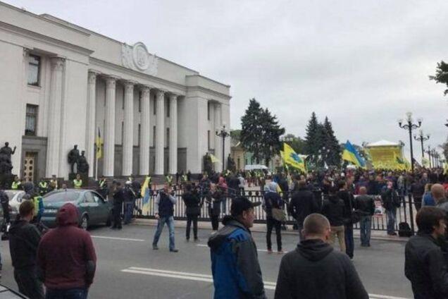 d024983c6488 В Киеве на улице Грушевского владельцы автомобилей с иностранной  регистрацией завершили митинг и приняли решение разъезжаться по домам.
