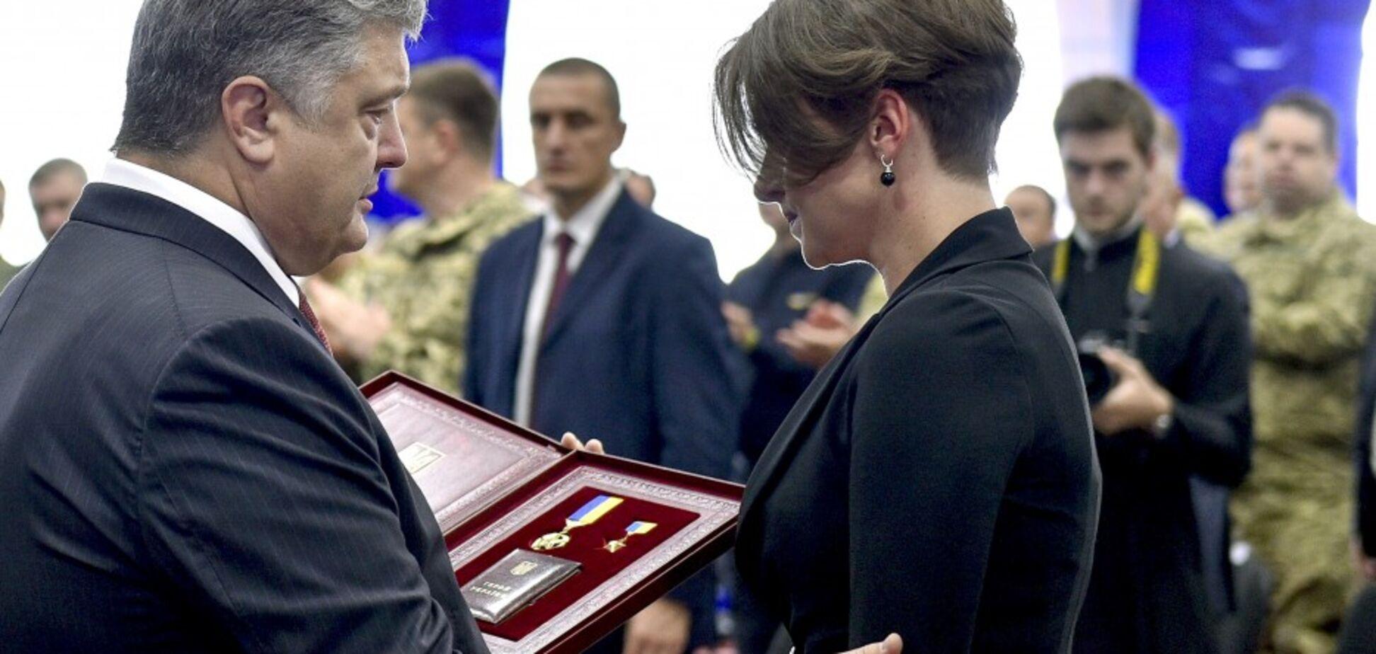 Порошенко вручив вдові виконавця унікальних спецоперацій в тилу окупантів його 'Золоту зірку'