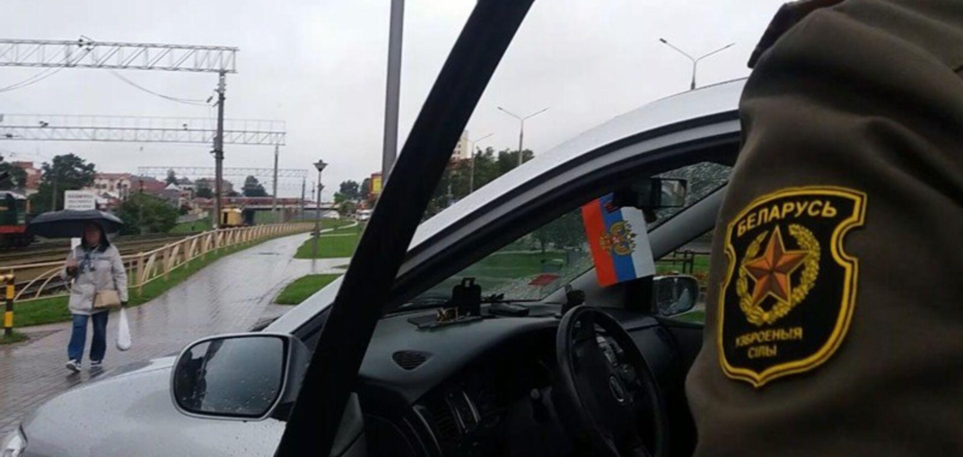 'Під штанами кальсони армії Росії?' Мережу обурив білоруський офіцер із триколором
