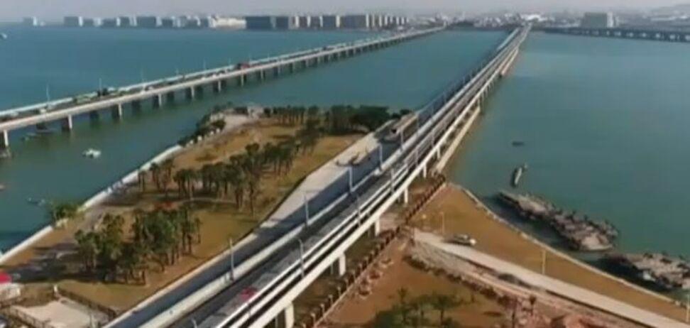 Суперметро над морем в Китае вызвало ажиотаж в городе: опубликовано видео