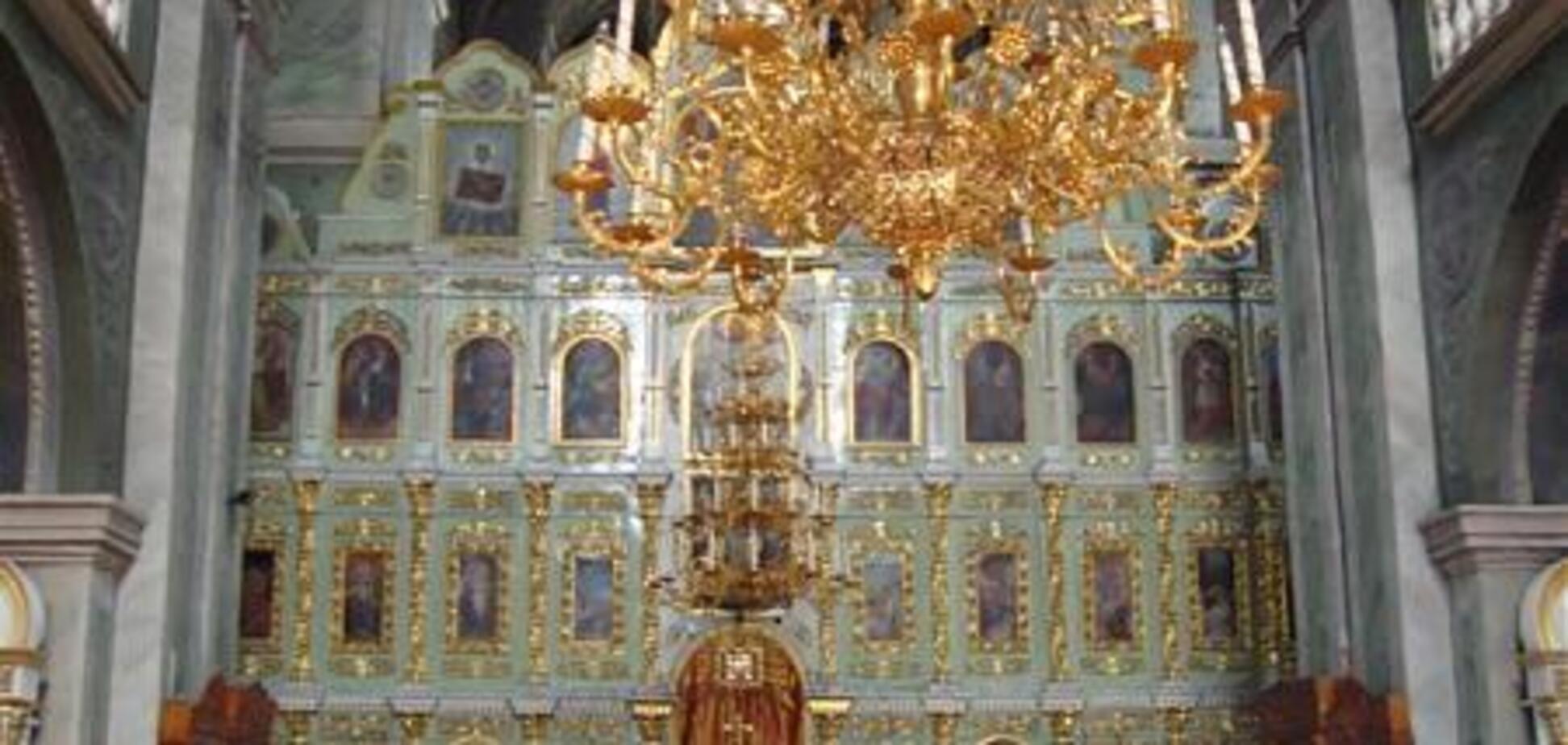 Забаррикадировались с царем: активисты показали иконы храма УПЦ МП, возмутившие людей