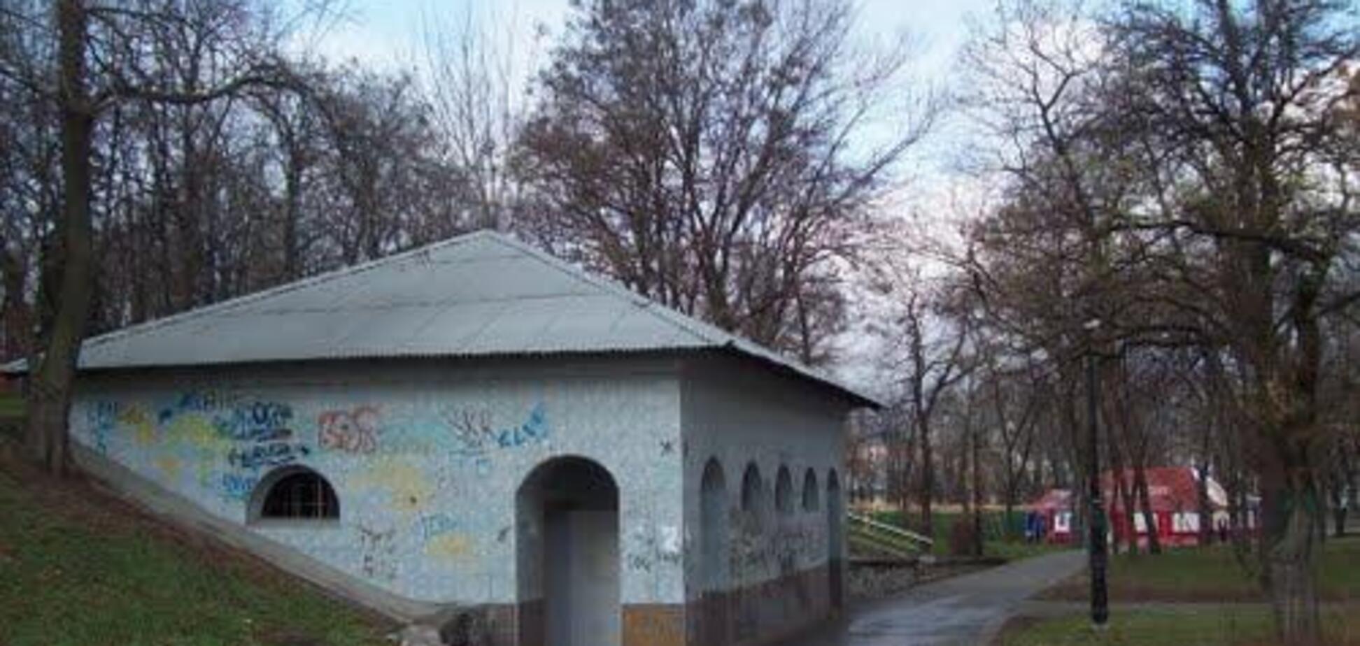 В Киеве молодая пара пыталась обчистить общественный туалет