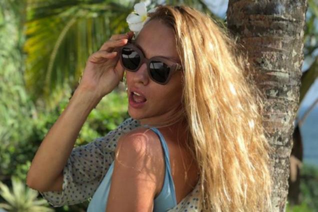 Полякова произвела фурор в сети праздничным фото в купальнике