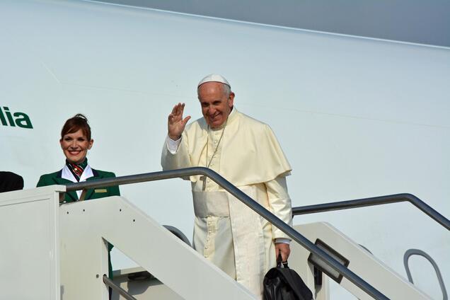 Папа Франциск біля особистого літака напередодні чергової Апостольської подорожі