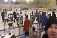 Самому младшему 9 лет: в России хоккеисты устроили лютую драку на льду - опубликовано видео