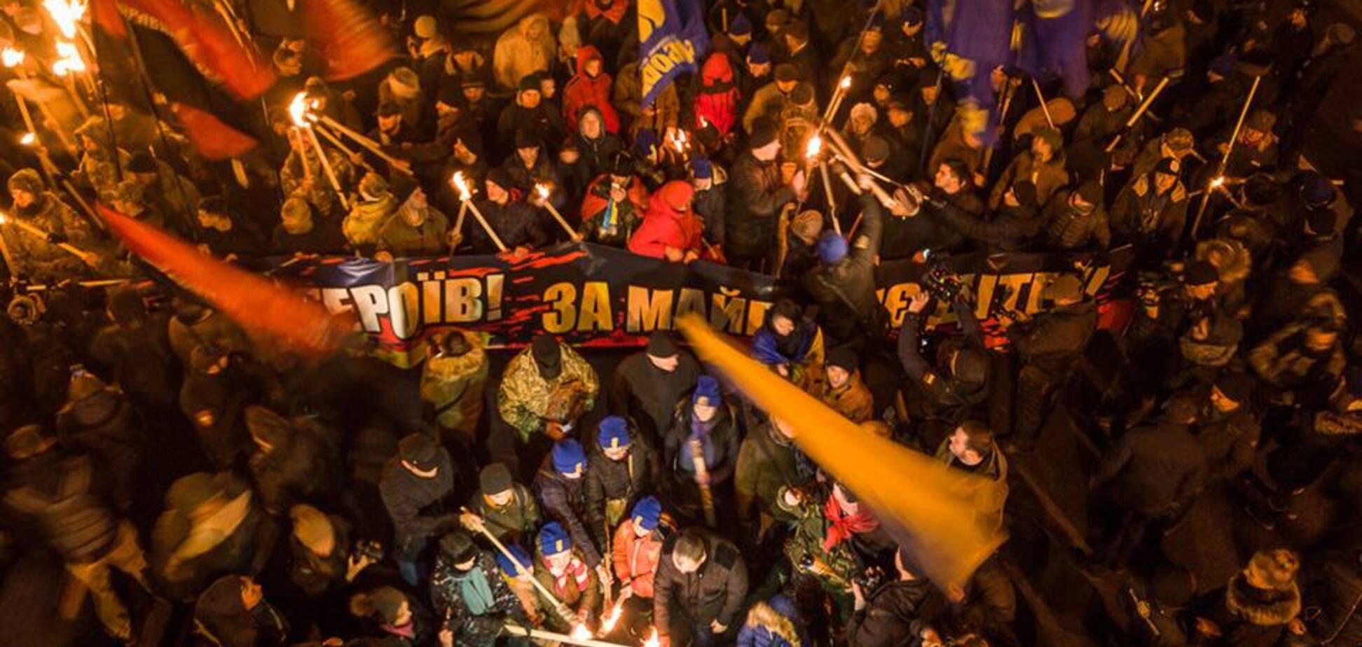 Марш на честь Бандери в Києві: з'явилися яскраві фото смолоскипної ходи з дрона
