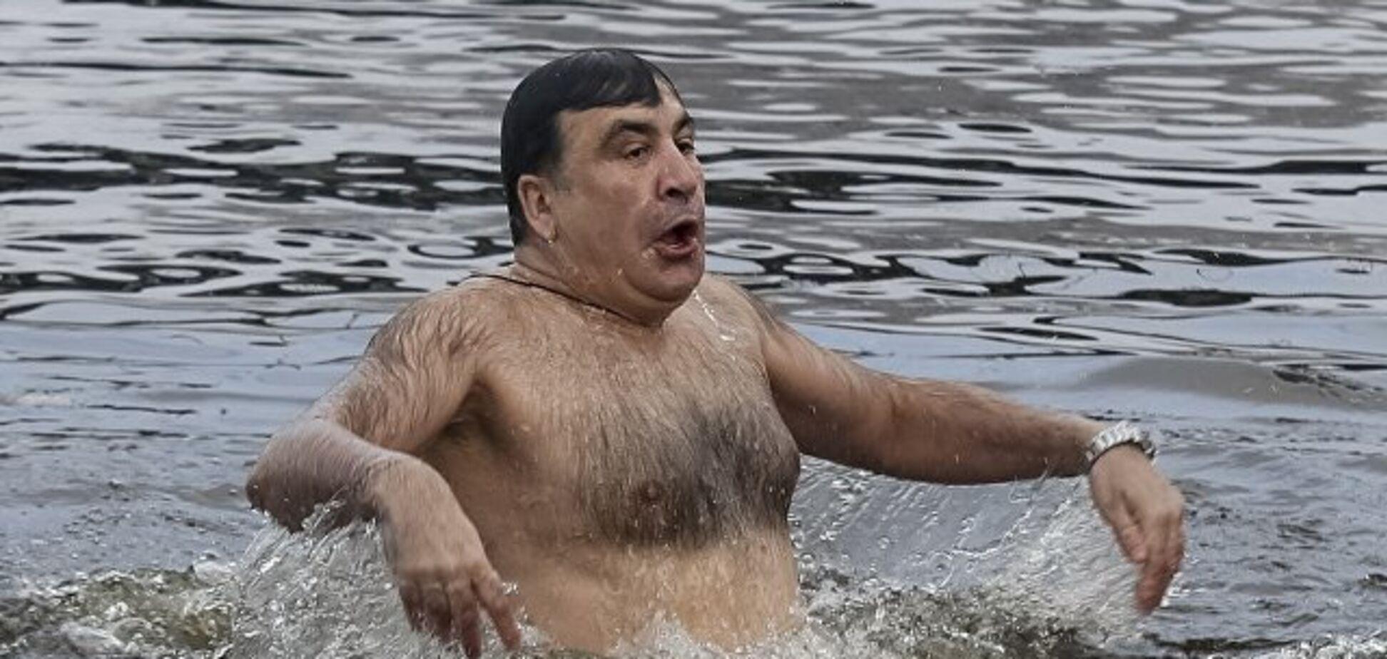 'Хоть бы свитер снял мохеровый!' В сети жестко высмеяли купание Саакашвили в проруби