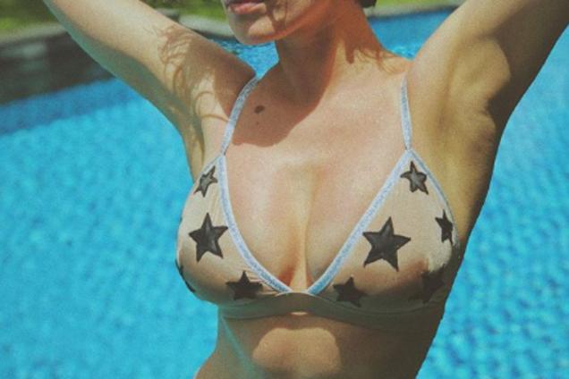 Украинская секс-бомба взбудоражила сеть роскошными снимками в купальнике