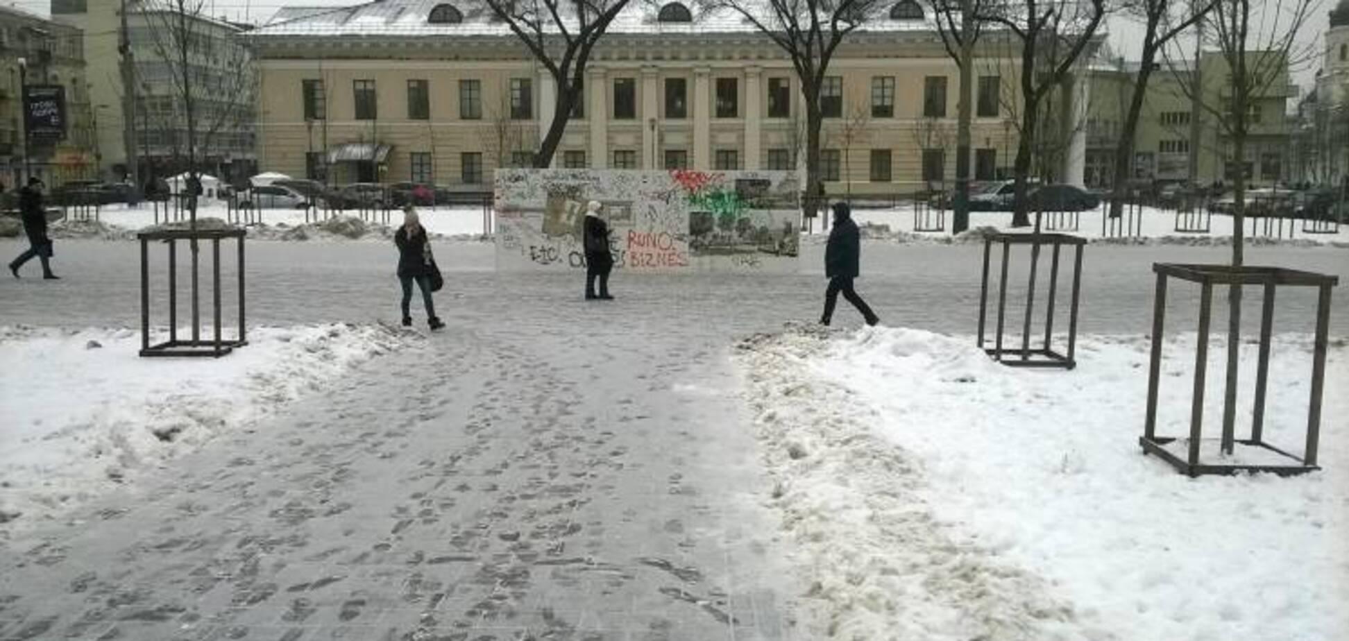 У Києві вандали понівечили Контрактову площу: опубліковані фото