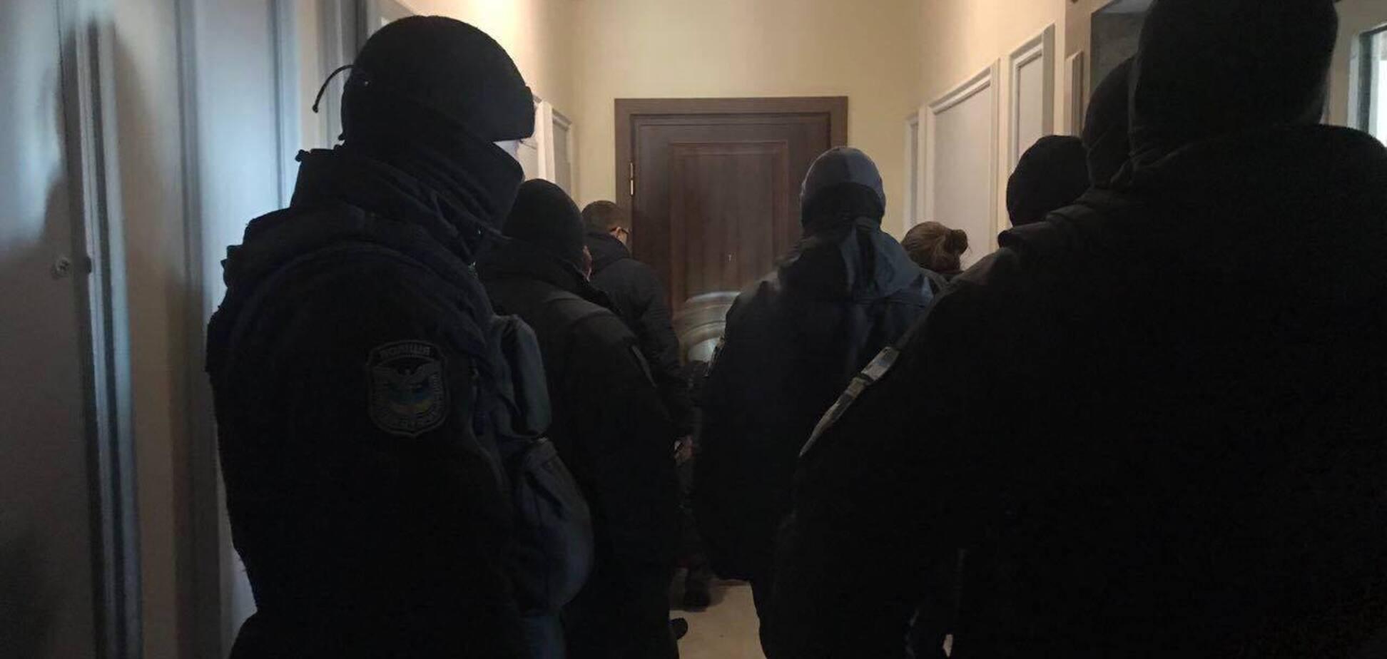 Заважають невідомі особи: Нацагентство не впускають в квартиру Клименка