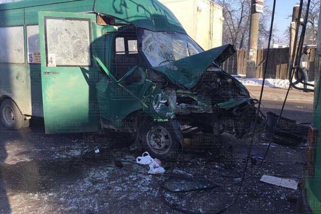9c5035568865 У Чернігові на вулиці Любецькій сталася серйозна ДТП - маршрутка на  швидкості врізалась у тролейбус. У результаті аварії постраждали 12 осіб.