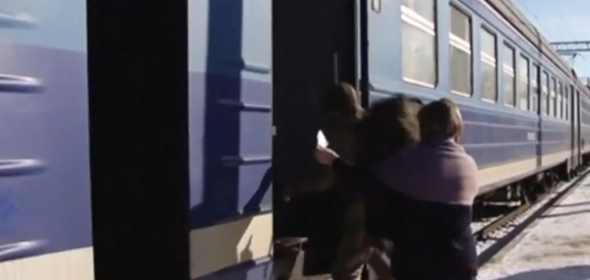 Униз головою: на Житомирщині стався страшний інцидент з пенсіонером у потязі