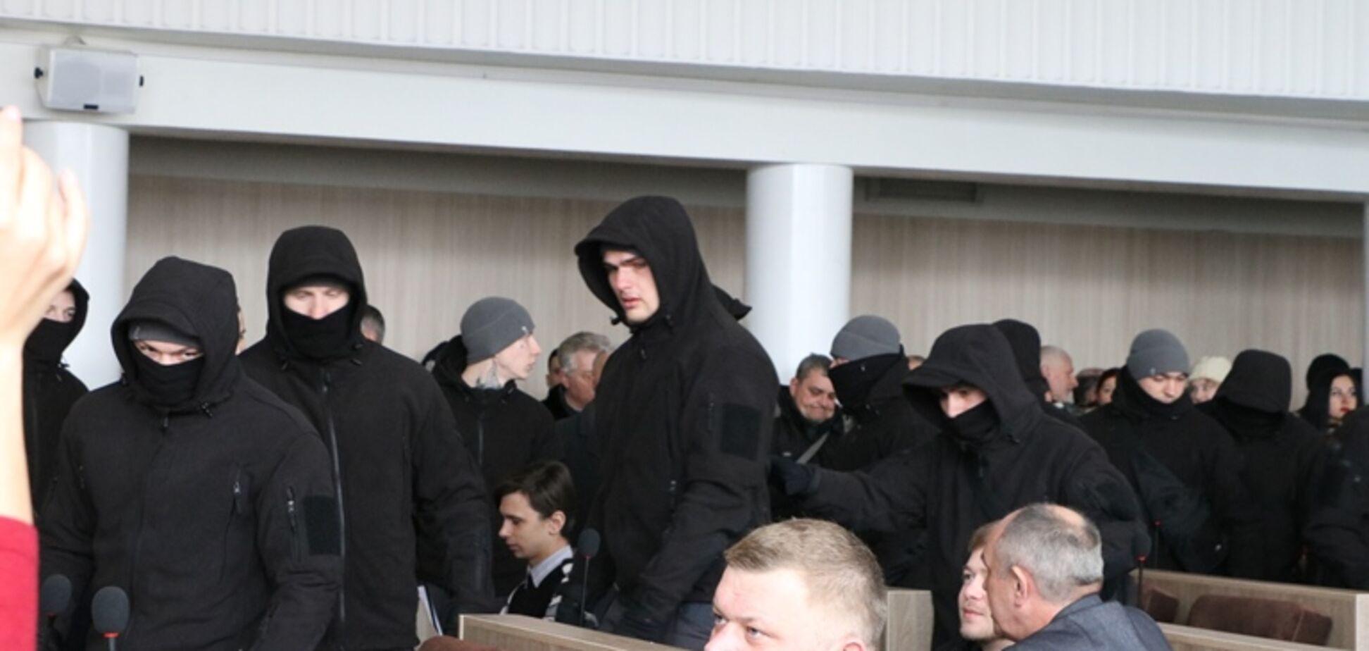 Скандальна сесія в Черкасах: холодна зброя и ПІСТОЛЕТИ під куртками
