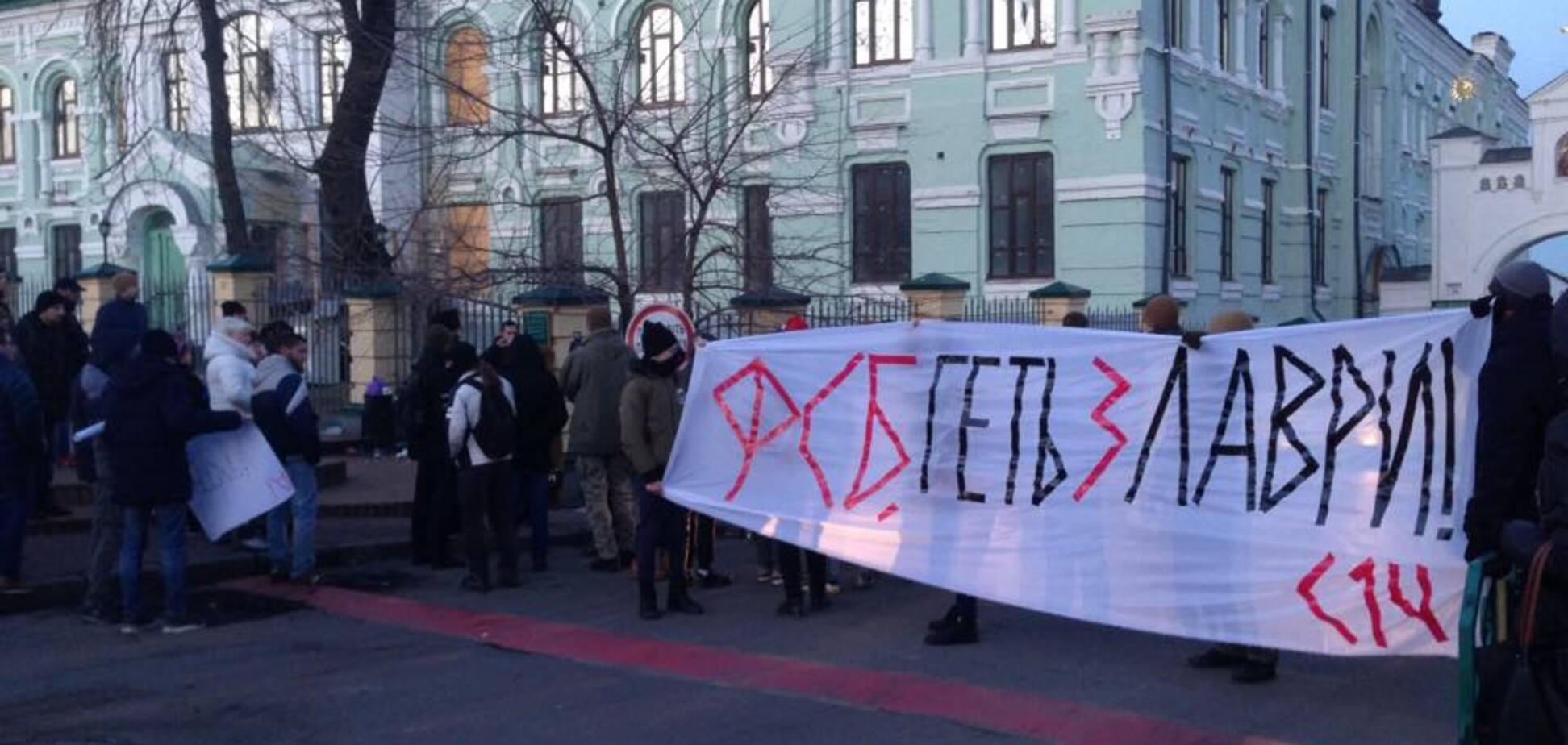 'ФСБ, геть із Лаври': у Києві заблокували монастир УПЦ МП