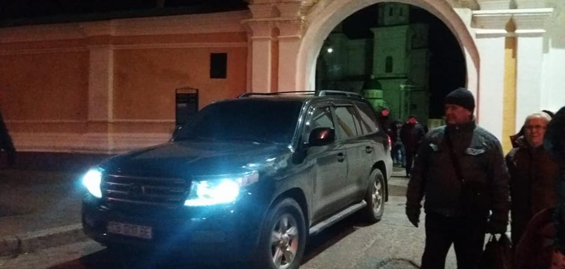 'Забаррикадировались в келье': в Чернигове возмущенные люди пришли под храм УПЦ МП из-за икон с царем России