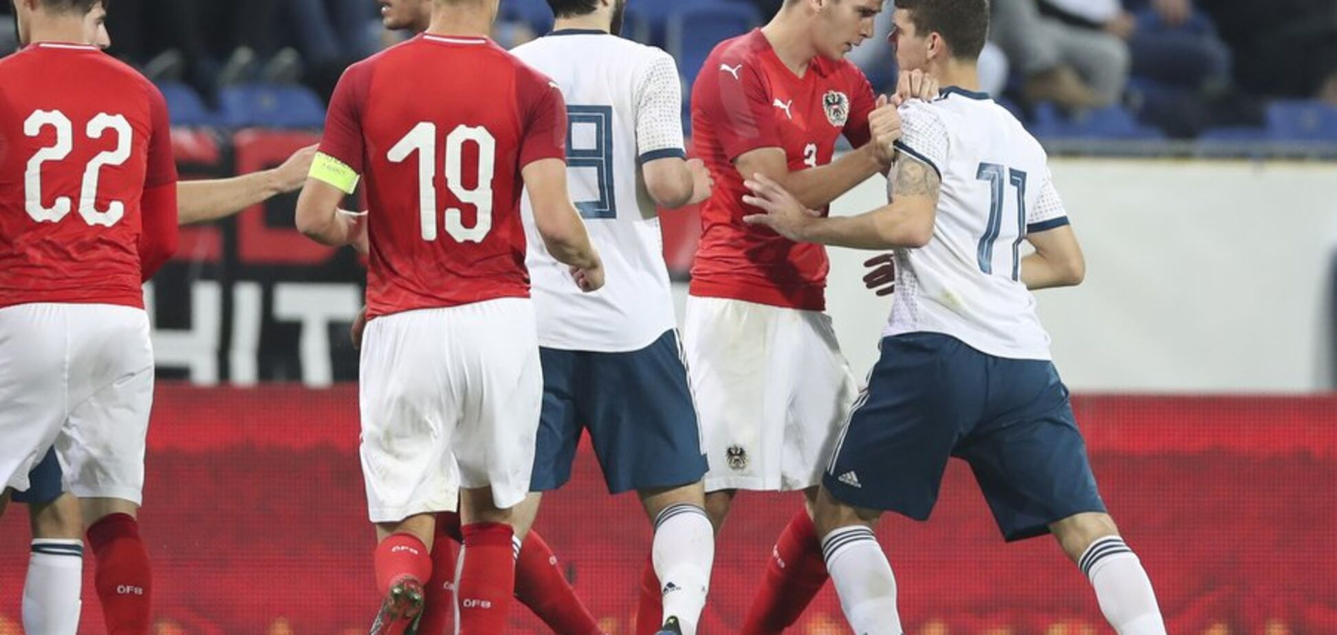 Футболисты сборной России устроили потасовку с арбитром
