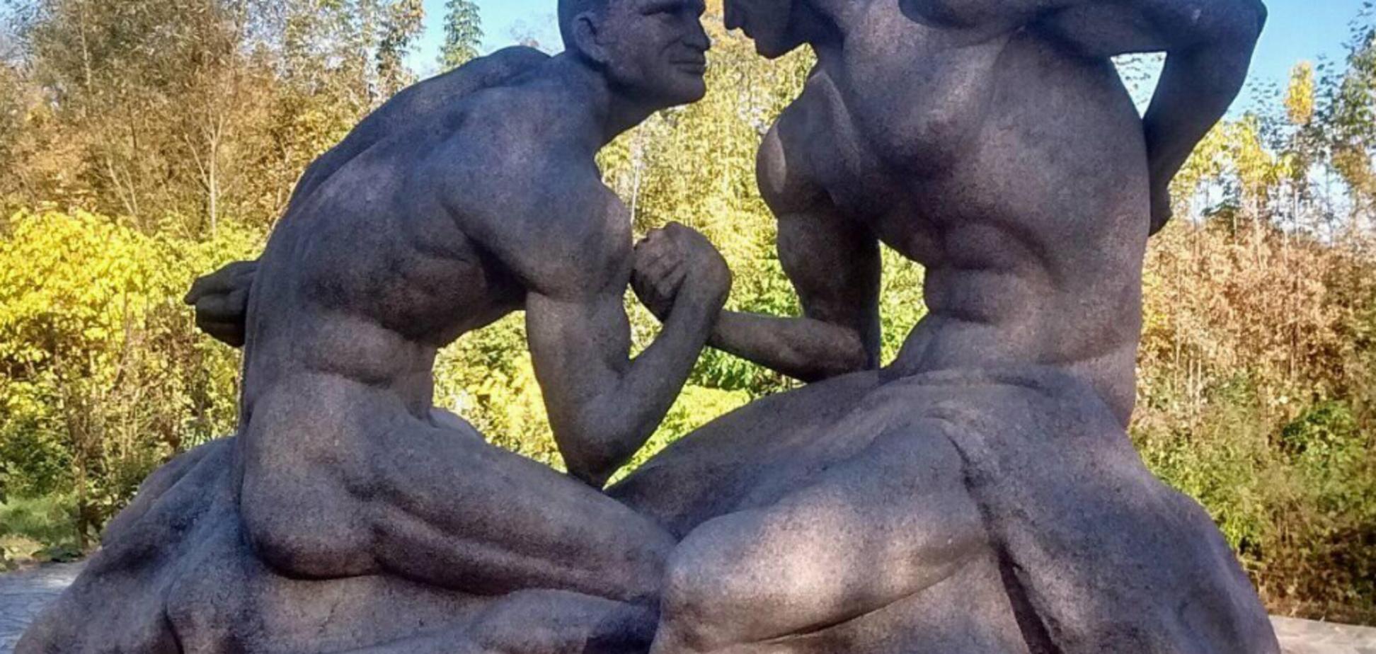 ''А короли-то голые'': в Украине установили странный памятник братьям Кличко