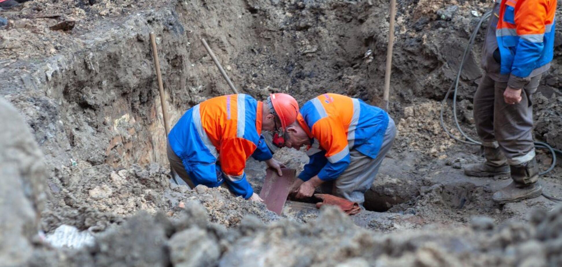 В Киеве после подачи горячей воды прорвало сотни труб