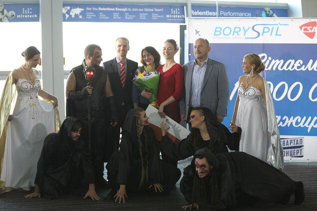 Артисты рок-оперы остановили работу аэропорта