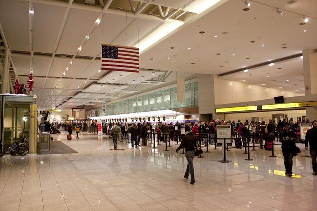 Собиравшая сына в аэропорт мать подбросила оружие ему в сумку