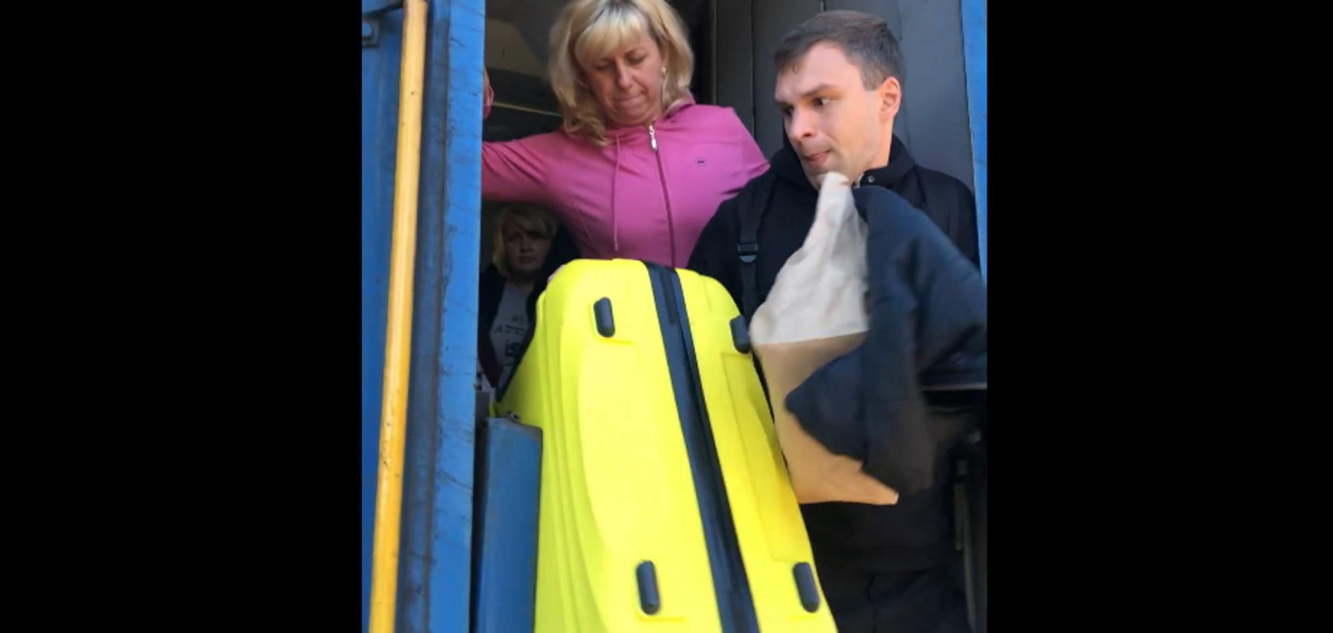 На ходу выталкивали из поезда: ''Укрзалізниця'' угодила в новый скандал