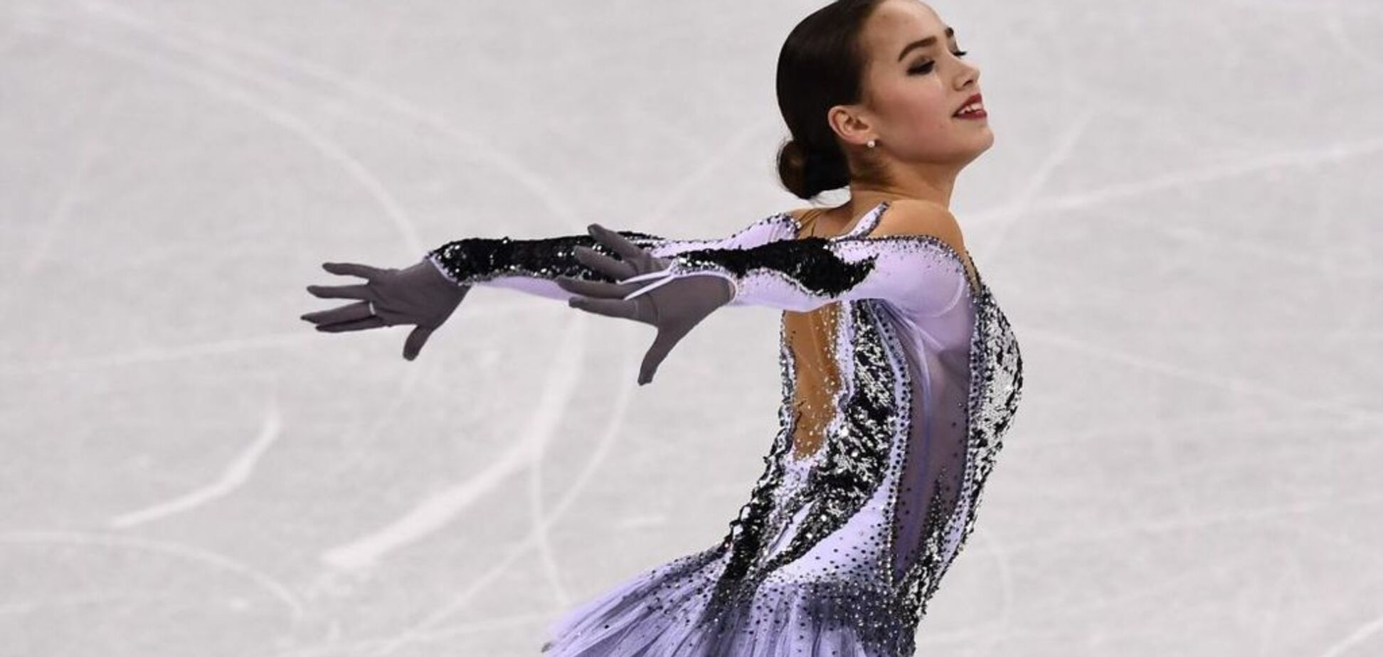 Дерзкая: 16-летняя российская чемпионка ОИ-2018 устроила ''стриптиз'' во время выступления - видеофакт