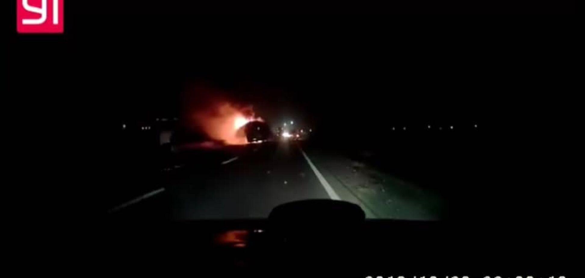 У Львові на ходу загорівся автобус з туристами: момент потрапив на відео