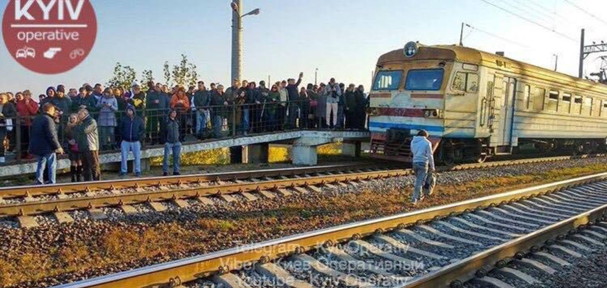 Ложились на рельсы и штурмовали машинистов: в Киеве пассажиры устроили бойкот электричкам