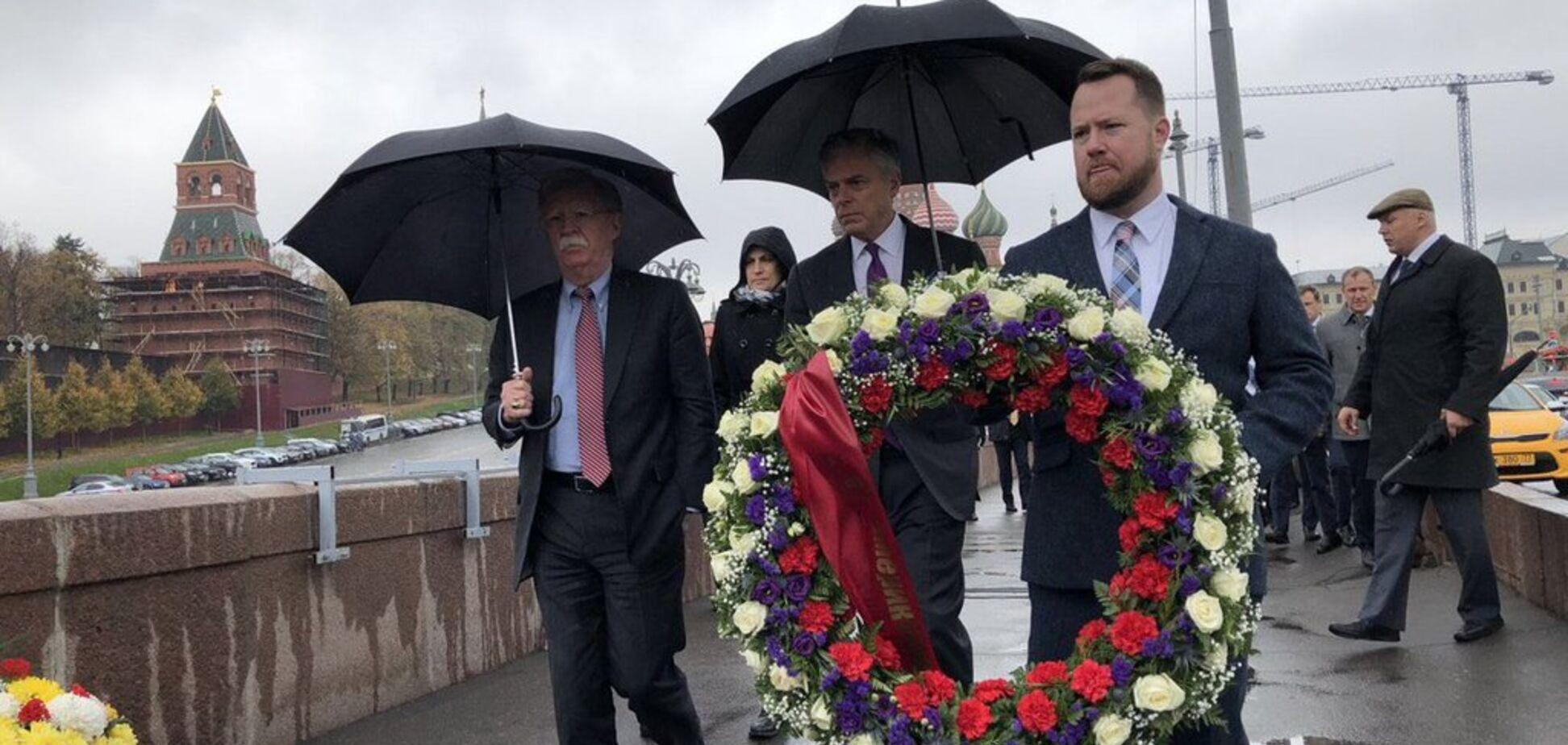 'Пора вже до могили Путіна': Болтон у Москві вшанував пам'ять Нємцова, думки у мережі розійшлися